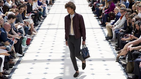 时尚奢侈品牌推运动裤穿搭新理念,正式场合穿运动裤配正装你能接受吗?