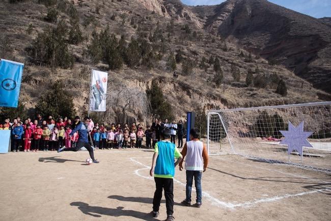 这个学校的体育是语文老师教的,球场是C罗建的