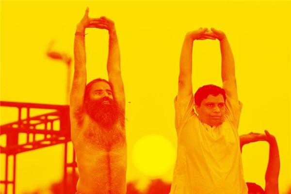 """练瑜伽的苦行僧:这个政坛的""""反叛分子"""",一手创办了印度最大的商业帝国"""