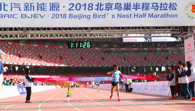 2018北京鸟巢半程马拉松昨日举行,亲子和绿色是最大亮点