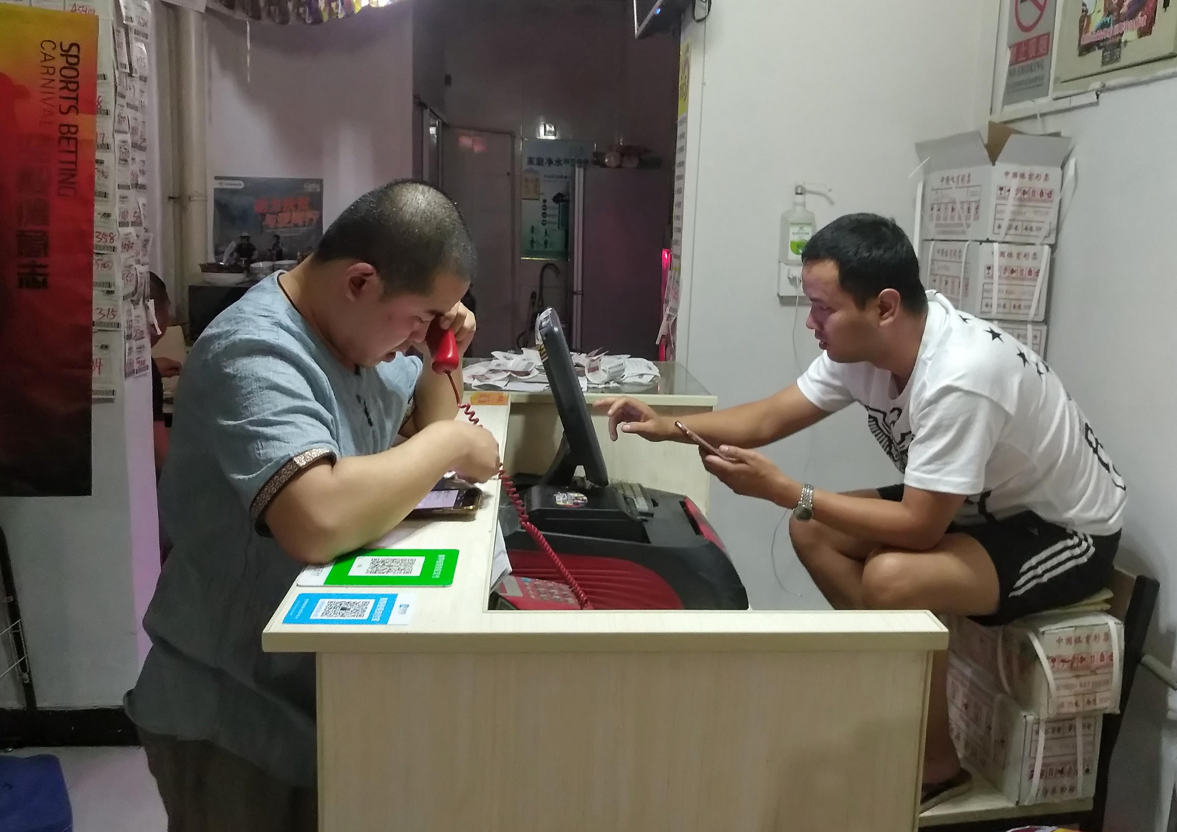 """""""天台守望者"""":一家体彩店主世界杯期间的24小时"""