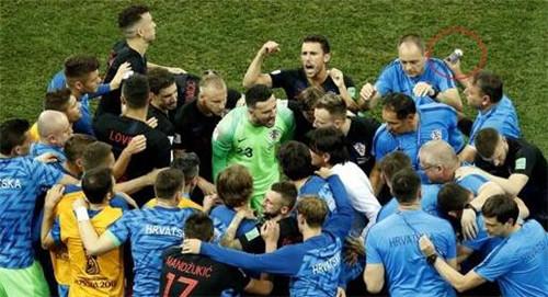 泣不成声!克罗地亚一罐饮料喝掉47万元,世界杯侵权货物价值超过230万元   懒熊早知道