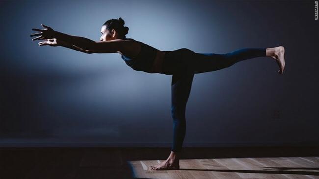 一条300美元的瑜伽裤,它可以当你的瑜伽指导老师
