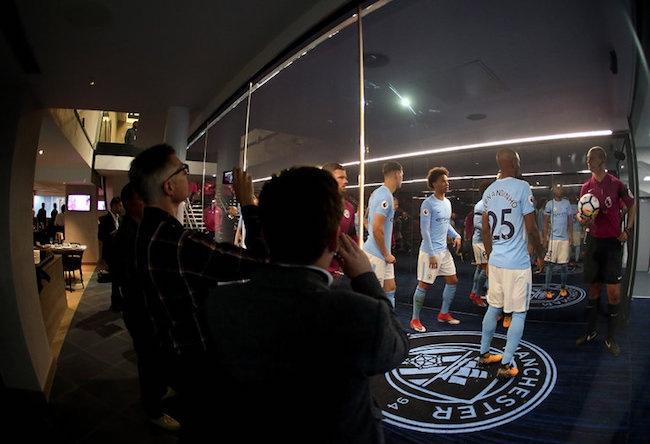 """曼城在球员通道里建了一座""""水族馆"""",将球迷的比赛参与感推向极致"""