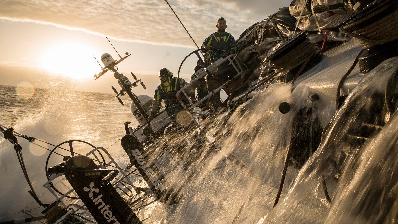 他只是个航海大赛的记者,但他决定跟随父亲的脚步环游世界